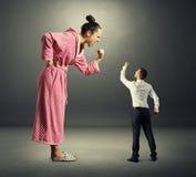 妻子尖叫对她的丈夫 免版税库存照片