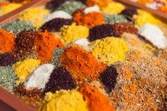 以子弹密击粉末草本香料调味品成份在食物市场上 库存照片