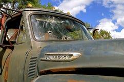 子弹打碎了老叉子提取的窗口 免版税库存照片