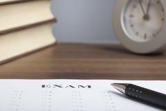 子弹笔,书,时钟,空的纸 免版税库存图片