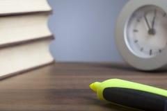 子弹笔,书,时钟,空的纸 免版税图库摄影