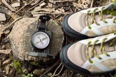 靴子有指南针的在秋天在森林里 库存图片