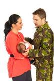 妻子欢迎军事回家了 免版税库存照片