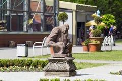 猴子的雕塑在加里宁格勒动物园里 库存图片