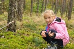 子项在森林里。 免版税库存照片