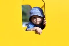 子项在黄色玩具房子里 库存图片
