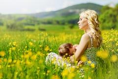 子项她的母亲年轻人 免版税库存照片