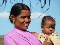 子项她的母亲纵向摆在部族 免版税图库摄影