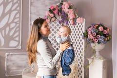 子项她的藏品母亲 使用与笑的孩子的妈妈 房子图象JPG向量 免版税库存图片