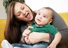 子项她笑母亲 免版税库存照片