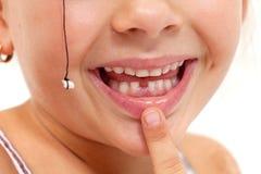 子项指向缺少牙的-在嘴的特写镜头 免版税库存图片
