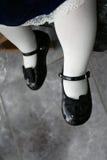 子项逗人喜爱的s穿上鞋子小 免版税图库摄影