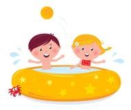子项飞溅游泳的少许池 免版税库存照片