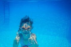 子项水下的纵向 免版税库存照片