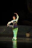 年轻妻子去外的江西歌剧杆秤 库存图片