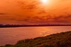 孔在泰国和老挝之间的河边界在日出a下 免版税库存图片