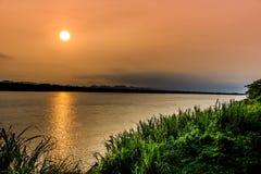 孔在泰国和老挝之间的河边界在日出a下 免版税库存照片