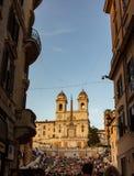 孔多蒂街有在背景TrinitÃ中 dei蒙蒂,俯视西班牙广场的著名楼梯 免版税库存照片