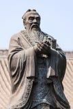 孔子古铜色雕象传统姿势的 免版税库存图片
