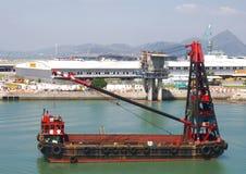 洪孔珠海澳门桥梁的建筑的起重机船 免版税库存照片