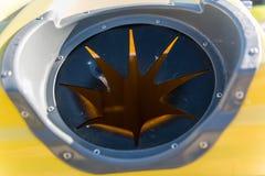 孔的细节投掷的瓶的到一个黄色塑料回收的容器里 库存图片