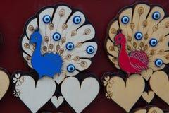 孔雀和心脏 美丽的手工制造纪念品由木头制成 一个传统土耳其市场 义卖市场,土耳其,埃斯基谢希尔 免版税库存照片