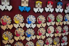 孔雀和心脏 美丽的手工制造纪念品由木头制成 一个传统土耳其市场 义卖市场,土耳其,埃斯基谢希尔 库存图片