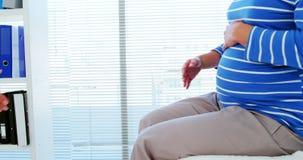 孕妇与一位女性医生握手 股票录像