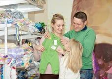 孕妇买的婴孩衣裳在超级市场 免版税库存照片