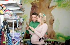 孕妇买的婴孩衣裳在超级市场 库存图片