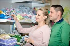 孕妇买的婴孩衣裳在超级市场 免版税库存图片