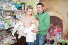 孕妇买的婴孩衣裳在超级市场 库存照片