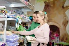 孕妇买的婴孩衣裳在超级市场 免版税图库摄影