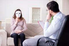 孕妇参观的心理学家医生 库存图片
