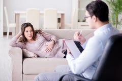 孕妇参观的心理学家医生 免版税库存照片