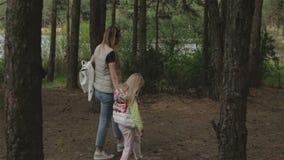 孕妇和一个小女孩步行的 股票录像