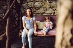 孕妇和女孩 库存照片