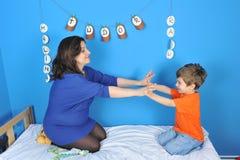 孕妇和小男孩 免版税库存照片