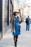 孕妇在一个现代城市 免版税库存照片