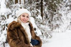 孕妇在冬天森林里 免版税库存图片