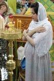 孕妇在教会里 怀孕祈祷 免版税库存照片
