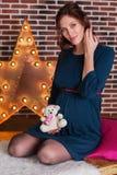 孕妇在有玩具熊的演播室 库存图片
