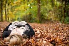 孕妇在森林里 免版税库存照片