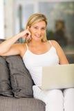 孕妇家膝上型计算机 免版税库存图片