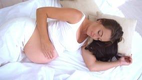 孕妇早晨在床上醒了与白色 影视素材