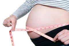 孕妇有类型的measur腹部 库存图片