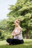 孕妇母亲腹部松弛公园瑜伽祷告 免版税库存照片