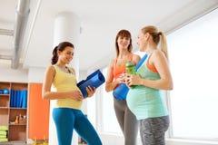孕妇用在健身房的运动器材 免版税库存照片