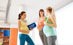 孕妇用在健身房的运动器材 库存图片