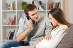 孕妇痛苦和丈夫叫对医生 免版税库存图片